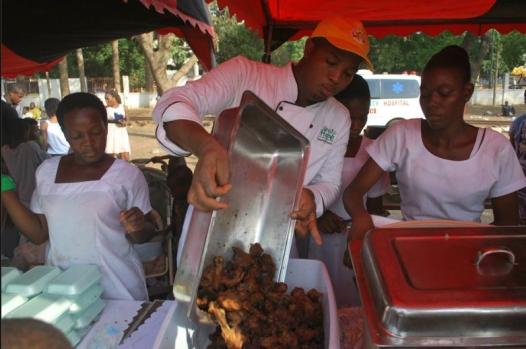 Un chef cuisine les restes au Ghana